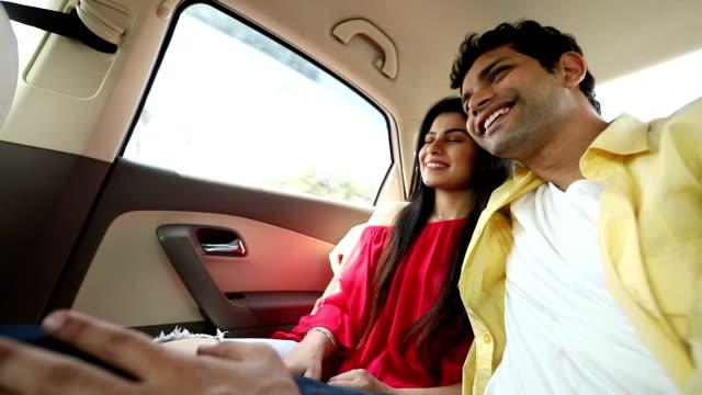 couple sitting in the car, delhi, india - sedile del passeggero video stock e b–roll
