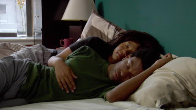 vidéos et rushes de ms couple sleeping in bed/ new york city - être à l'aise