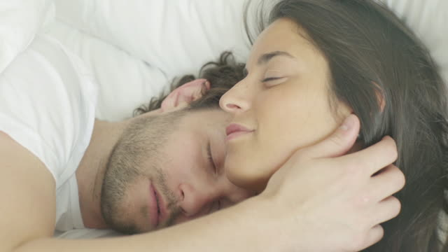 couple sleeping in bed - auf dem rücken liegen stock-videos und b-roll-filmmaterial