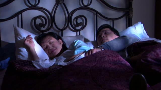 couple sleeping in bed - andere clips dieser aufnahmen anzeigen 1282 stock-videos und b-roll-filmmaterial