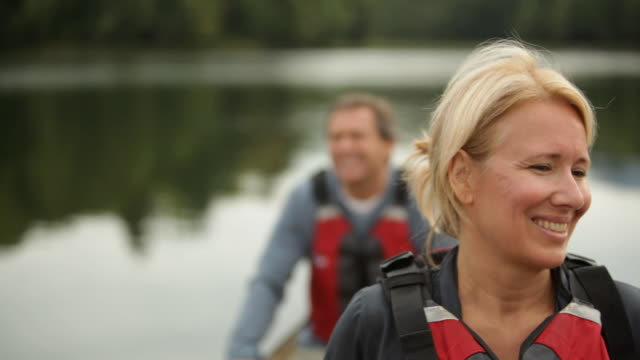 vídeos y material grabado en eventos de stock de  cu couple smiling in their boat on lake / stowe, vermont, united states - pareja de mediana edad