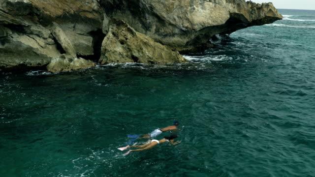 couple snorkelling in warm ocean - snorkelling stock videos & royalty-free footage