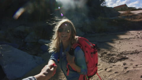 paar spinnen am strand 4k - blondes haar stock-videos und b-roll-filmmaterial