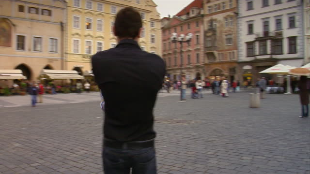 vídeos de stock, filmes e b-roll de a couple spins around in prague's old town square. - stare mesto