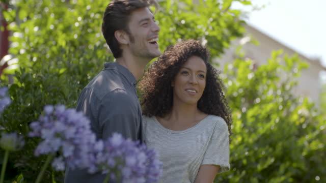 庭に立っているカップル - 談笑する点の映像素材/bロール