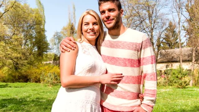 Paar steht im Park, umarmen und schaut an Blick