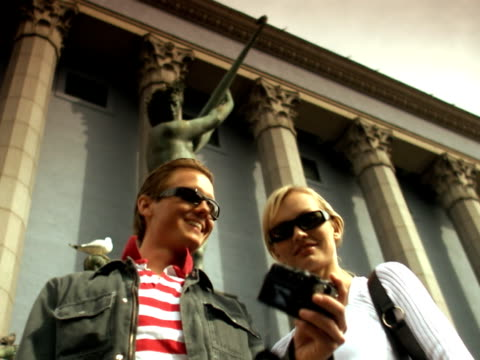 stockvideo's en b-roll-footage met couple taking a picture of themselves and the concert hall in stockholm sweden. - mid volwassen koppel