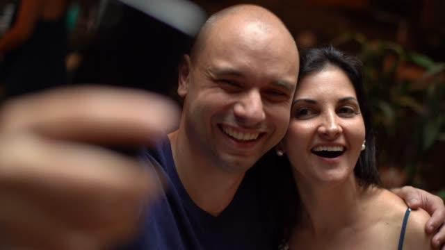 vídeos de stock, filmes e b-roll de casal tomando uma selfie em casa - etnia caucasiana