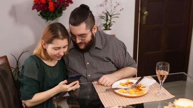 vídeos de stock, filmes e b-roll de casal tirando selfie durante jantar do dia dos namorados em casa - boyfriend