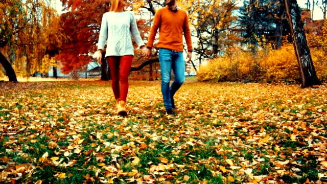 Couple se promener dans un parc, le mouvement lent.