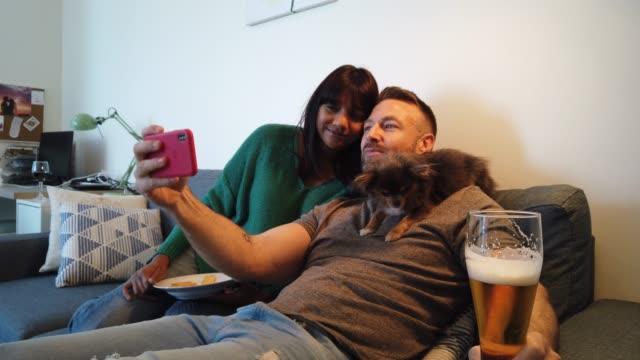 スマートフォンを使用して衝動的な selfie を取るカップル - photographing点の映像素材/bロール