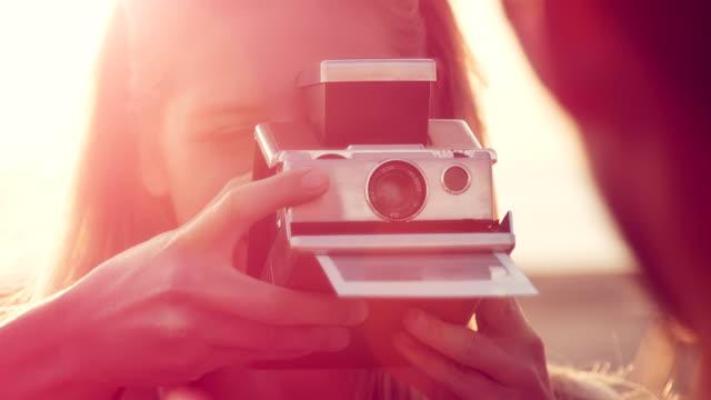 coppia prendendo foto - polaroid video stock e b–roll
