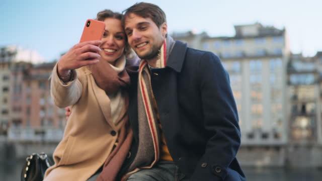 vidéos et rushes de couple taking selfie, florence, italy - photophone