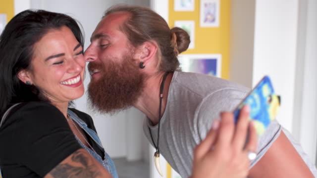 vidéos et rushes de couple taking selfie - photophone