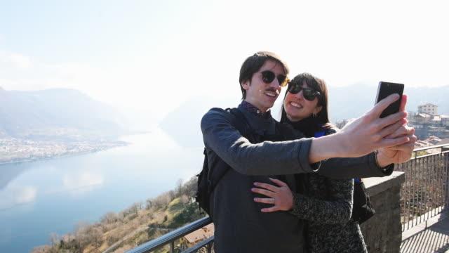 vidéos et rushes de couple taking selfie - embrasser sur la bouche