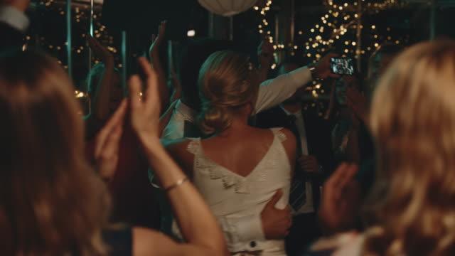 vidéos et rushes de couples prenant le selfie avec des invités tout en dansant - jeunes mariés