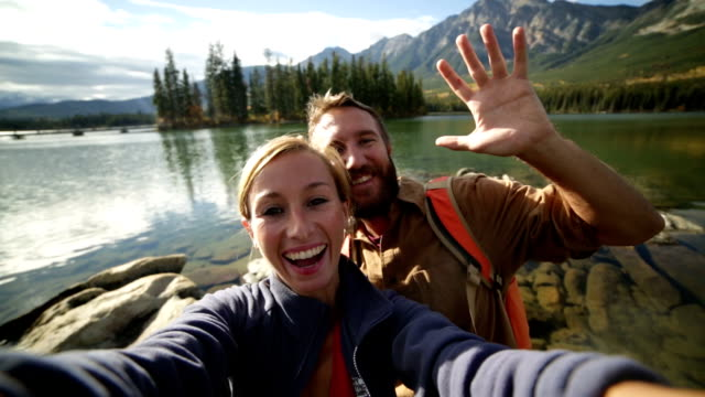 stockvideo's en b-roll-footage met paar selfies nemen door bergmeer - jasper national park
