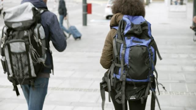 vídeos y material grabado en eventos de stock de pareja tomando su mochila en el taxi al llegar al aeropuerto - mochila bolsa