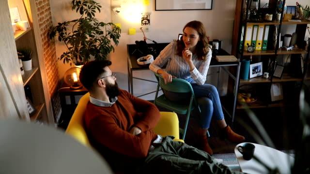 stockvideo's en b-roll-footage met paar praten over nieuwe ideeën voor hun bedrijf - flexplekken