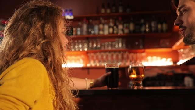 vidéos et rushes de couple parlant au pub - cheveux frisés