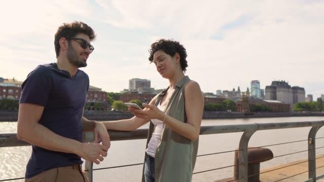 vídeos y material grabado en eventos de stock de pareja hablando en puerto madero - 30 39 years