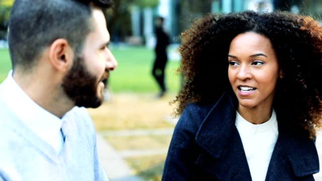 vídeos de stock, filmes e b-roll de casal falando ao ar livre - ontário canadá