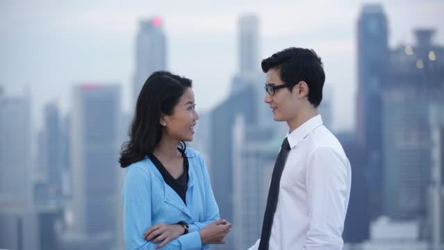 ms couple talking together in the city. - 向かい合わせ点の映像素材/bロール