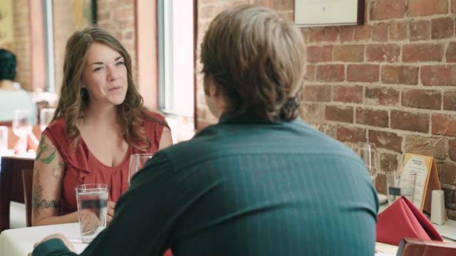 レストランでカップルの話 - お食事デート点の映像素材/bロール