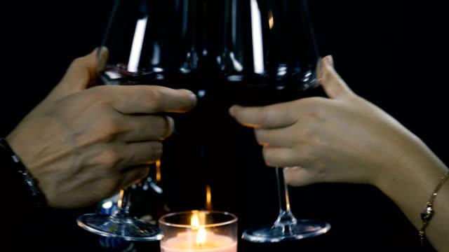 vídeos y material grabado en eventos de stock de pareja brindando con una copa de vino tinto. - miembro humano