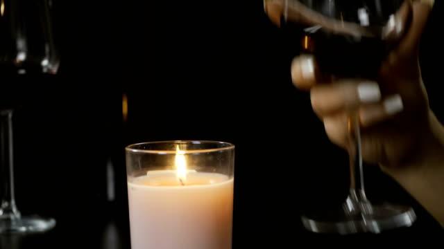 paar, toasten, mit einem glas rotwein. - respect stock-videos und b-roll-filmmaterial