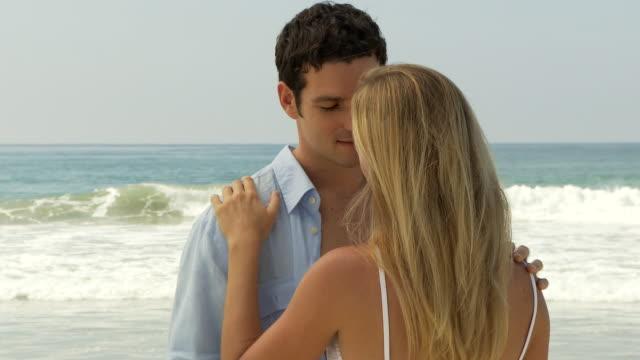 vidéos et rushes de couple touch and kiss each other at the beach - robe d'été