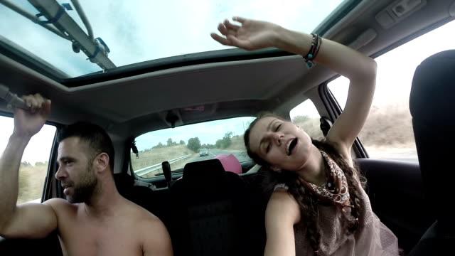 stockvideo's en b-roll-footage met paar reizen met de auto - menselijke arm