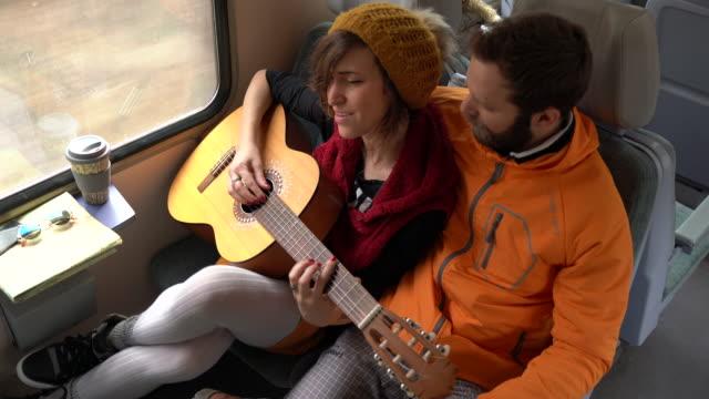 reise mit dem zug und gitarre zu spielen - singen stock-videos und b-roll-filmmaterial