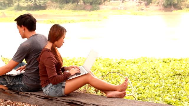 stockvideo's en b-roll-footage met couple using laptop computer - ingesproken bericht