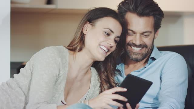Paar met behulp van tablet pc