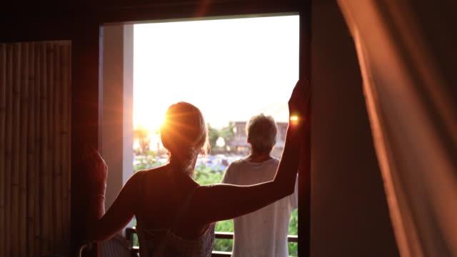 vídeos y material grabado en eventos de stock de pareja a pie a terraza en tropical - mirar el paisaje