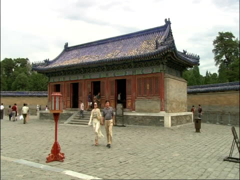 couple walk to camera across courtyard of temple of heaven, beijing, china - temple of heaven stock videos & royalty-free footage