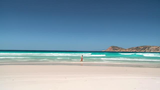 ws couple walking along pristine beach at lucky bay / esperance, western australia, australia - western australia bildbanksvideor och videomaterial från bakom kulisserna