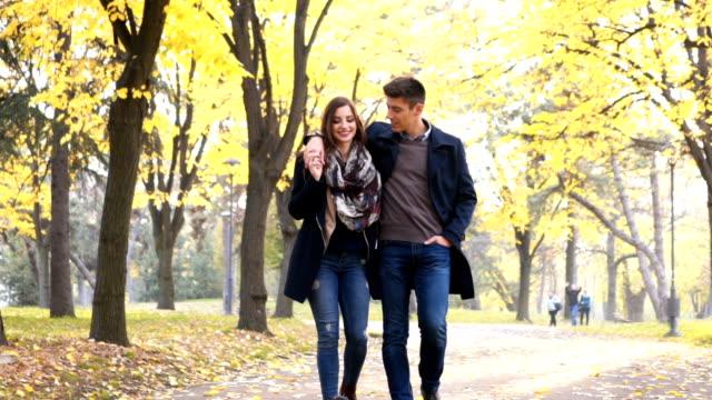 vídeos de stock, filmes e b-roll de pares que andam e que abraçam - casal jovem