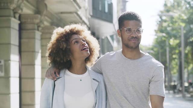 夫婦在城市散步和交談 - 30歲到34歲 個影片檔及 b 捲影像