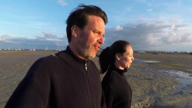 vidéos et rushes de couple walking at the seaside - quadragénaire
