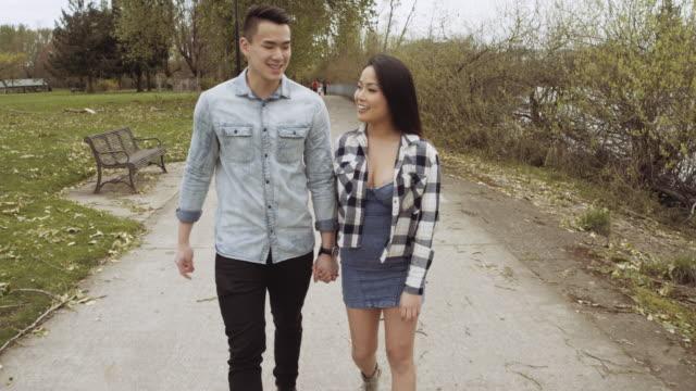 Paar lopen weg samen