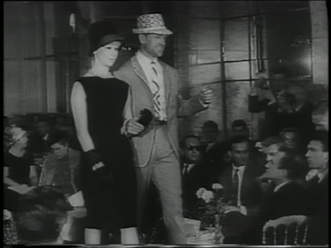 vídeos de stock, filmes e b-roll de b/w 1961 couple walking down runway in italian fashion show - traje completo