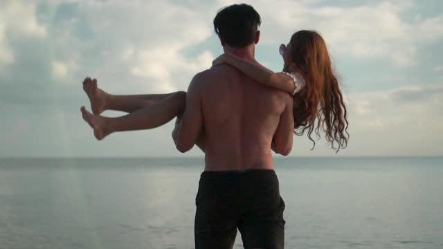 par går hand i hand på stranden gott humör - gå tillsammans bildbanksvideor och videomaterial från bakom kulisserna