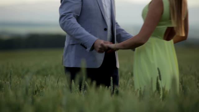 Filmagem alargada rolamento de casal caminhar no campo