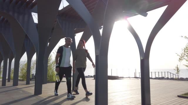 都会を歩くカップル - パワーウォーキング点の映像素材/bロール