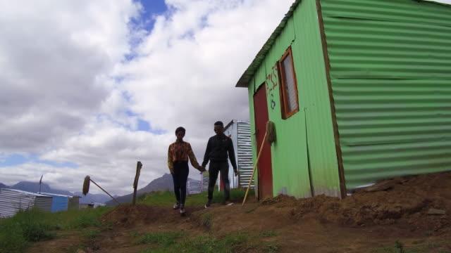 vídeos y material grabado en eventos de stock de pareja caminando en el municipio de - provincia occidental del cabo