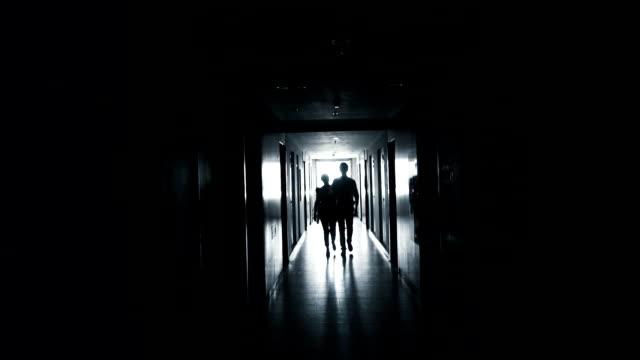 vídeos de stock, filmes e b-roll de casal andando no túnel - escuro