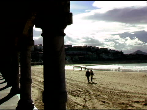 Paar zu Fuß am Strand in San Sebastian, Spanien