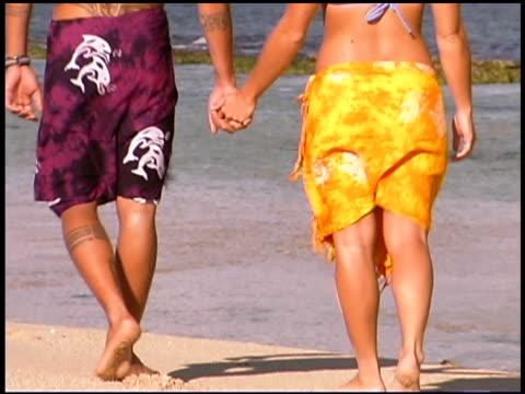 couple walking on beach - gemeinsam gehen stock-videos und b-roll-filmmaterial